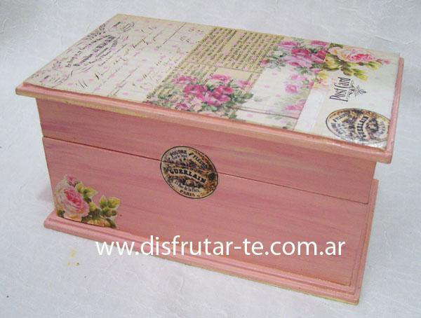 Caja de metal rectangular estilo vintage con una rosa en